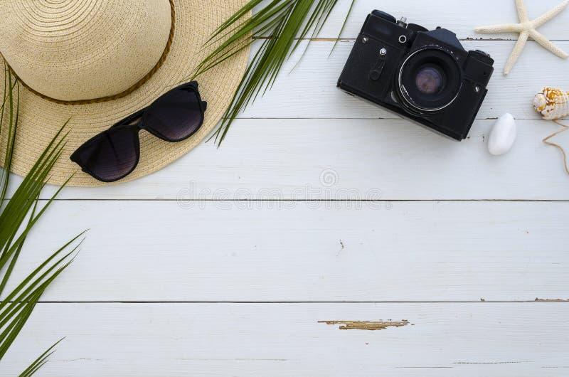Wakacje, podróż, wakacje, plażowy pojęcie Słońce kapelusz, okulary przeciwsłoneczni i tropikalni palmowi liście na białej drewnia zdjęcia stock