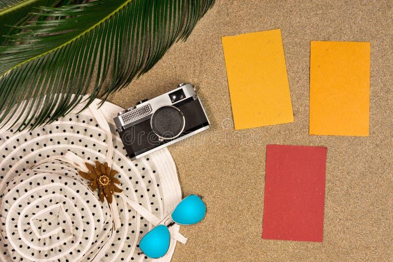 Wakacje, podróży i lata pojęcie, - notatnik z palmową urlopu, kapeluszu i rocznik fotografii kamerą, zdjęcia royalty free