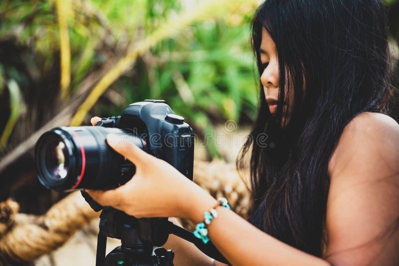Wakacje, podróży i stylu życia pojęcie: młoda kobieta opowiada obrazki outdoors fotografia royalty free