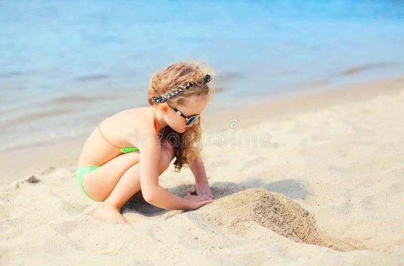 Wakacje, podróży pojęcie - małej dziewczynki dziecko na plażowy bawić się zdjęcia stock