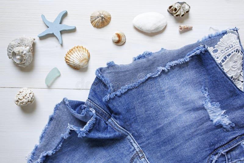 Wakacje pojęcia seashells i cajgów skróty obrazy stock