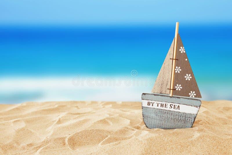 wakacje rocznik drewniana łódź nad plażowym piaska i morza krajobrazowym tłem zdjęcie stock
