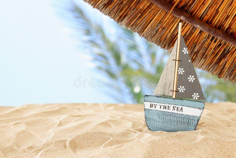 wakacje rocznik drewniana łódź nad plażowym piaska i morza krajobrazowym tłem fotografia royalty free