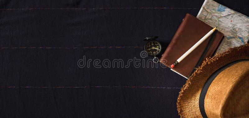 Wakacje rzecz na marynarka wojenna stole Odgórny widok lata brązu Panama słomiany kapelusz, notatnik mapa, kompas na bieliźnianym obraz stock