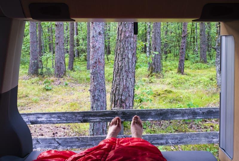 Wakacje, sen w samochodzie dostawczym blisko lasu obrazy stock
