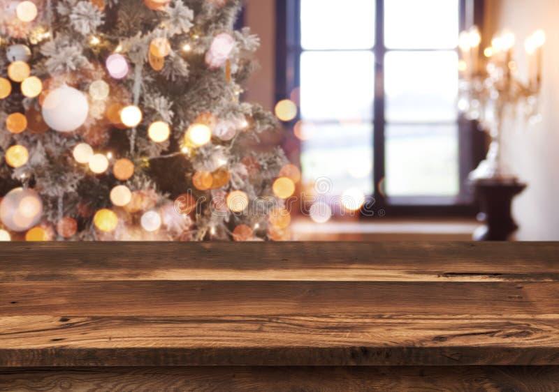 Wakacje tło z lekkimi punktami, bokeh okno i drewnianym tabletop, zdjęcia royalty free