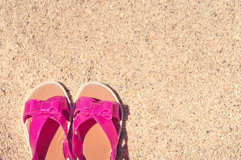 Wakacje tło z parą sandały na plaży fotografia royalty free