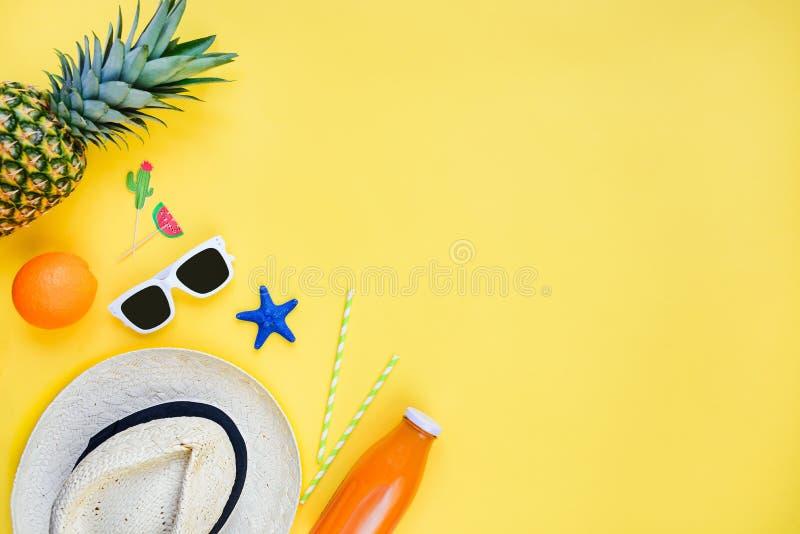 Wakacje t?o Słomiany kapelusz, biali okulary przeciwsłoneczni, tropikalne owoc, świeży sok i koktajli/lów akcesoria nad kolorem ż obrazy stock
