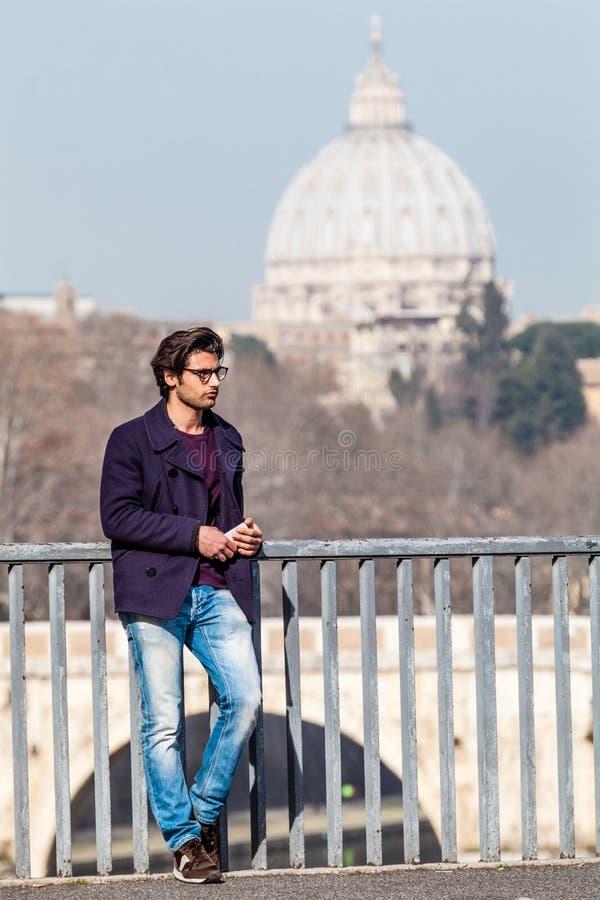 Wakacje w Rzym, Włochy Przystojny młody modny na moscie obrazy stock