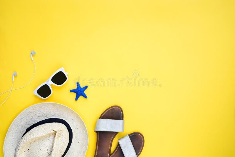 Wakacji akcesoria Słomiany kapelusz, biali okulary przeciwsłoneczni, słuchawki i klapy nad żółtym tłem, Odbitkowa przestrze?, mie fotografia royalty free