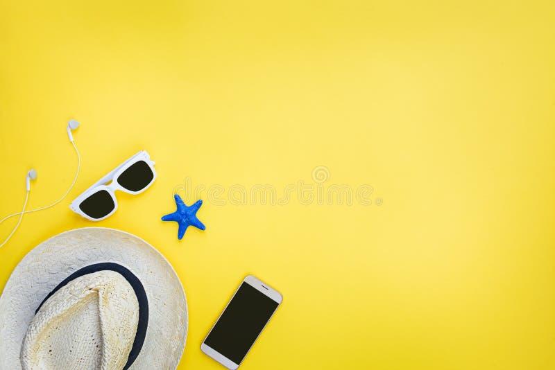 Wakacji akcesoria Słomiany kapelusz, biali okulary przeciwsłoneczni, słuchawki i smartphone nad żółtym tłem, Odbitkowa przestrze? zdjęcie royalty free