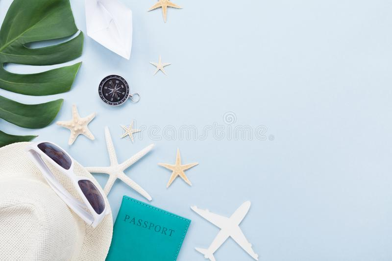 Wakacji letnich, wakacje, podróży i turystyki tło, Okulary przeciwsłoneczni, kapelusz, paszport, samolot, statek i zwrotnik, leaf obraz stock
