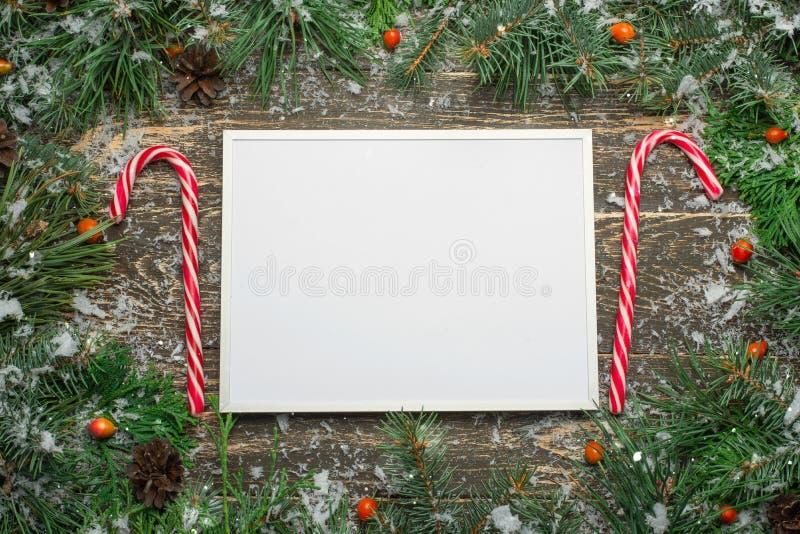 Wakacyjna kartka bożonarodzeniowa z jedlinowym drzewem i świątecznym dekoracji bal ilustracji