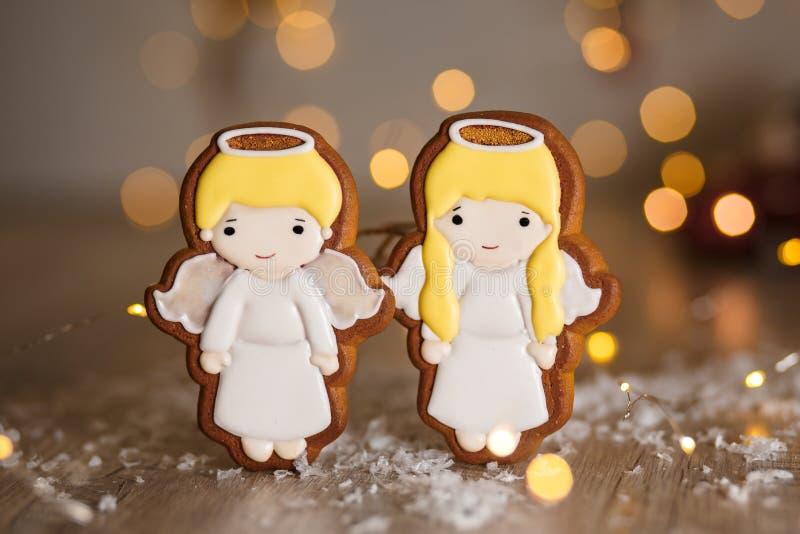 Wakacyjna tradycyjna karmowa piekarnia Piernikowa para mali śliczni aniołowie chłopiec i dziewczyna w wygodnej ciepłej dekoracji  obrazy royalty free