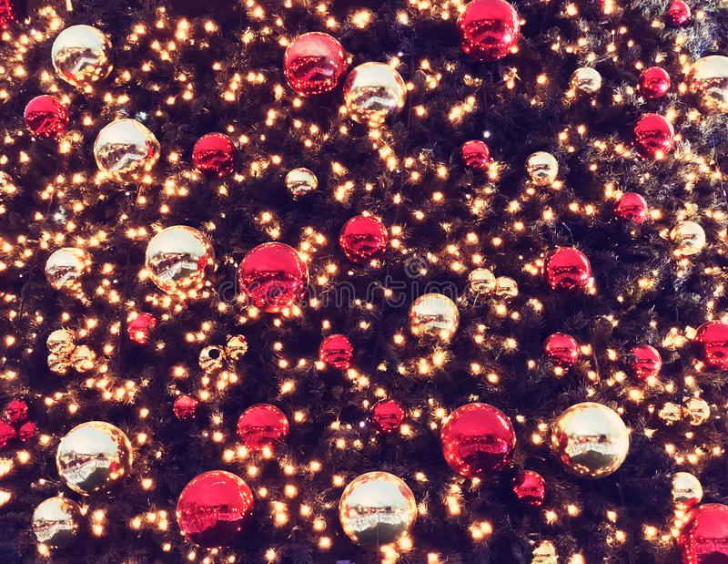 Wakacyjne dekoracje uliczne dla bożych narodzeń Chrismas drzewo dla tło zieleni, ornament, iluminujący, czerwień, piłka fotografia stock