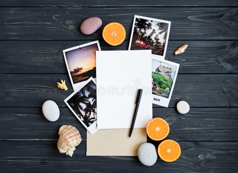Wakacyjni elementy: fotografie, kamienie, seashells, owoc, podróży fotografia Mieszkanie nieatutowy, odgórny widok zdjęcie stock