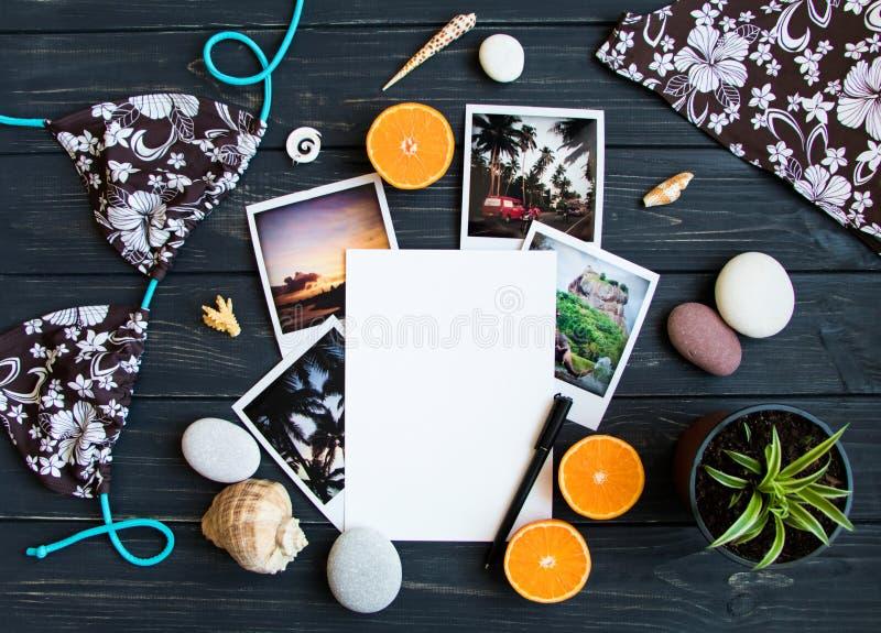 Wakacyjni elementy: fotografie, kamienie, seashells, owoc, podróży fotografia Mieszkanie nieatutowy, odgórny widok obrazy royalty free