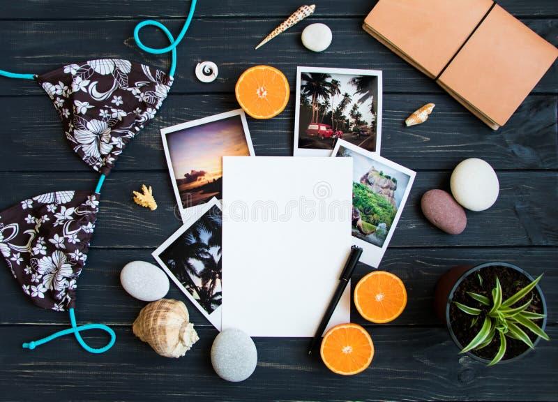 Wakacyjni elementy: fotografie, kamienie, seashells, owoc, podróży fotografia Mieszkanie nieatutowy, odgórny widok fotografia royalty free
