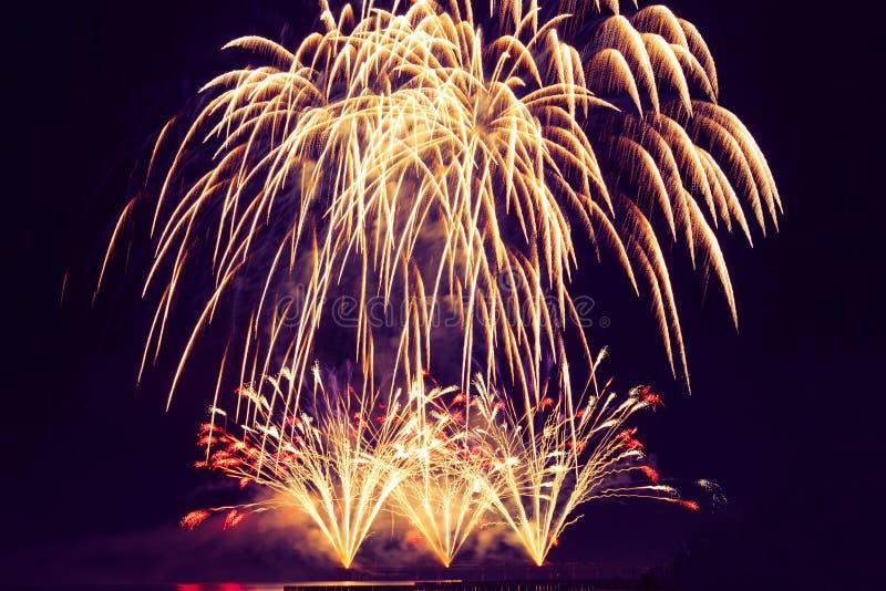 Wakacyjni fajerwerki jednakowi złoty deszcz przeciw backgro zdjęcia royalty free