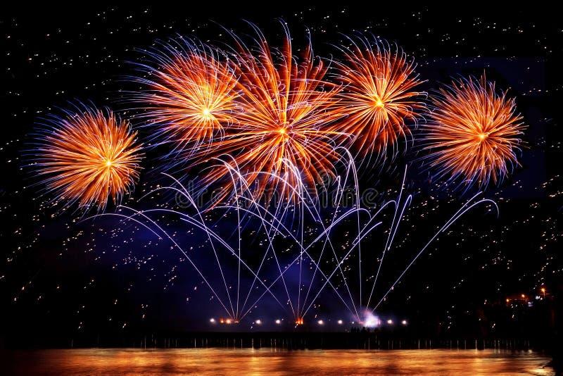 Wakacyjni fajerwerki złoty kolor na czarnym nieba tle zdjęcie stock