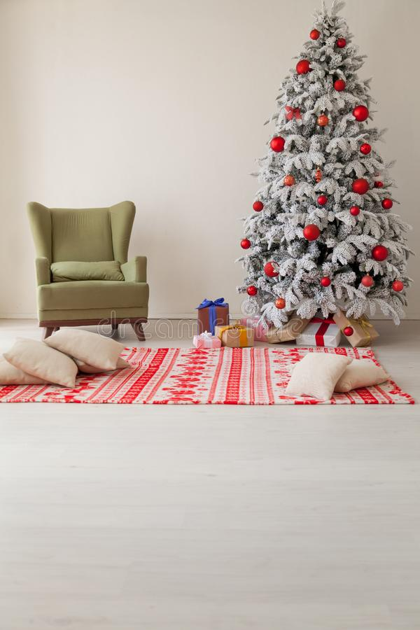 Wakacyjni Wewnętrzni białe boże narodzenia drzewni z prezentami i dekoracji girlandami światło nowy rok zdjęcia stock