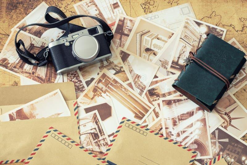 Wakacyjni wspominki Rocznik pocztówki z mapą, fotografii kamerą i podróż notatnikiem, obrazy stock