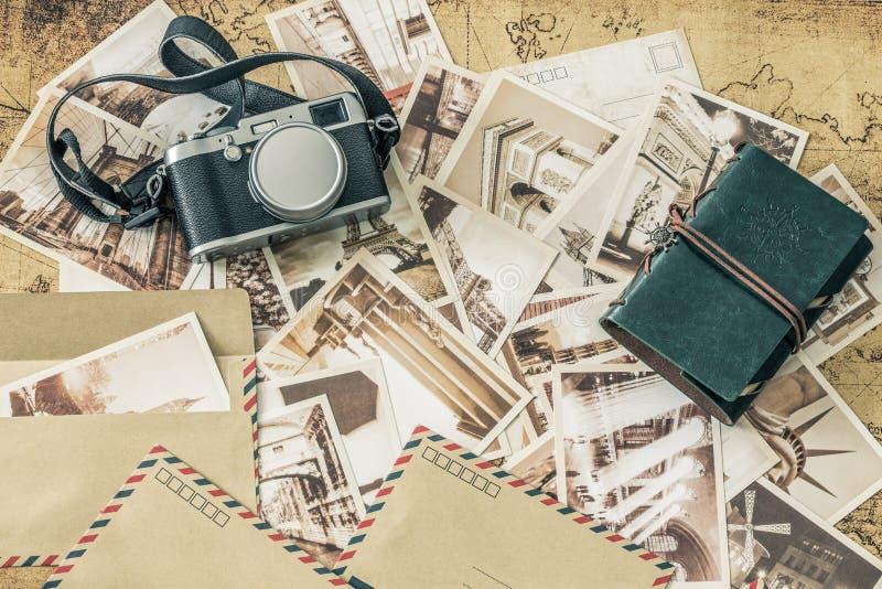 Wakacyjni wspominki Rocznik pocztówki z mapą, fotografii kamerą i podróż notatnikiem, zdjęcie stock