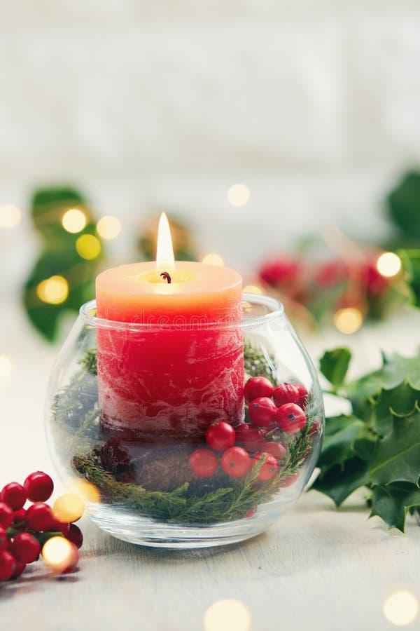 Wakacyjny centerpiece z świeczki i holly jagodami obraz royalty free