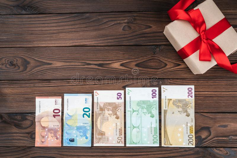 Wakacyjny tło, pieniądze różna wartość i cenny prezent, Odgórny widok Przestrzeń dla teksta zdjęcie stock