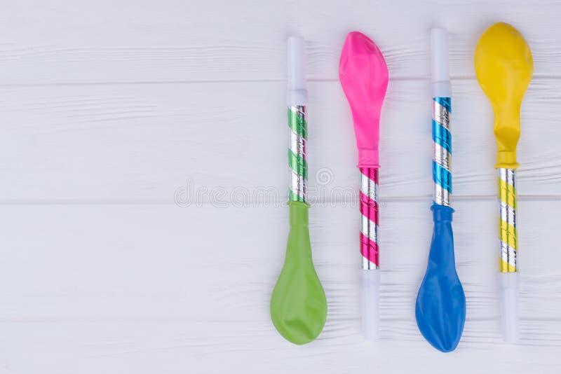 Wakacyjny tło z kolorowymi balonami i dmuchawami fotografia stock