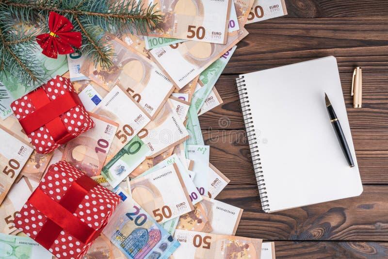 Wakacyjny tło z prezentami na banknotach różni rozmiary Planistyczna książka Odgórny widok zdjęcie stock