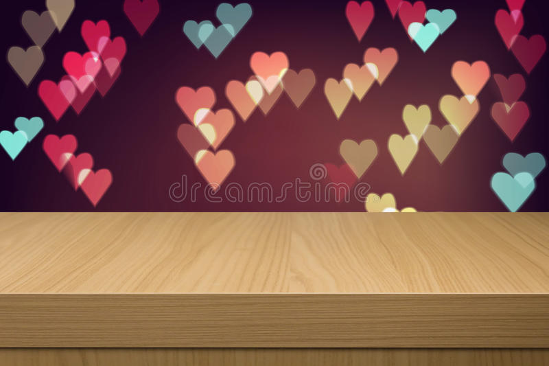 Wakacyjny tło z pustym drewnianym stołu i serca bokeh zaświeca royalty ilustracja