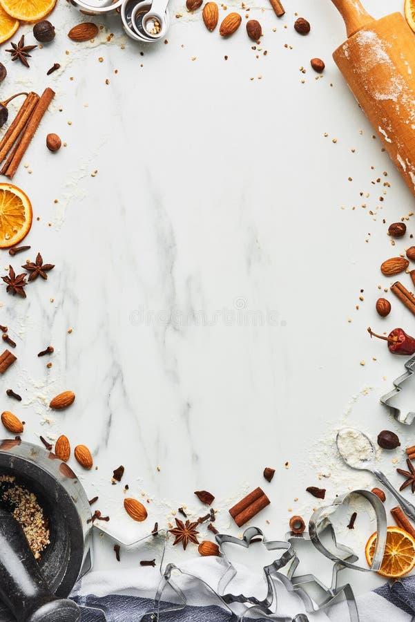 Wakacyjny wypiekowy tło dla wypiekowych Bożenarodzeniowych ciastek z cutt obrazy royalty free