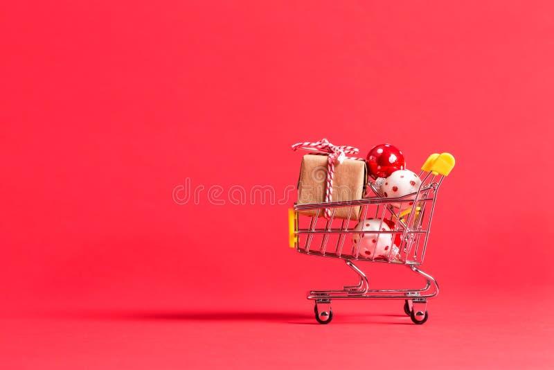Wakacyjny zakupy temat z wózek na zakupy fotografia stock