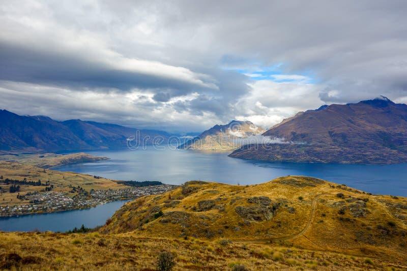 Wakatipumeer - Queenstown-Heuvel - Nieuw Zeeland royalty-vrije stock foto