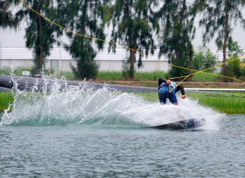 Wake boarding rider-springtruc met waterspatten stock afbeeldingen