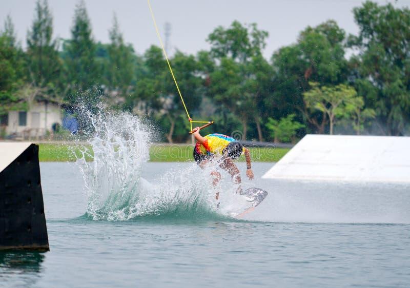 Wake boarding rider-springtruc met waterspatten stock foto's