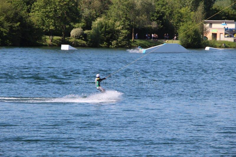 Wakeboarder in Cergy wässern Vergnügungspark, Frankreich stockfotografie
