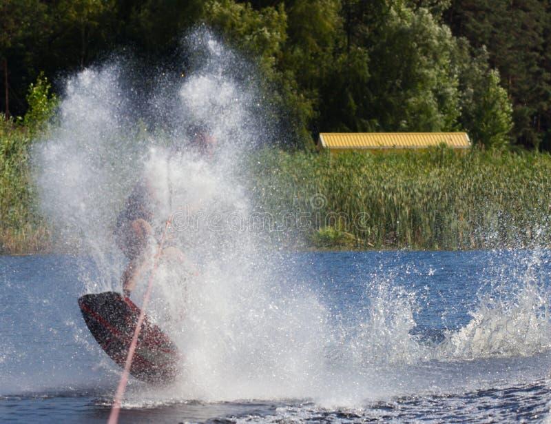 Wakeboarder, der Tricks macht lizenzfreies stockbild