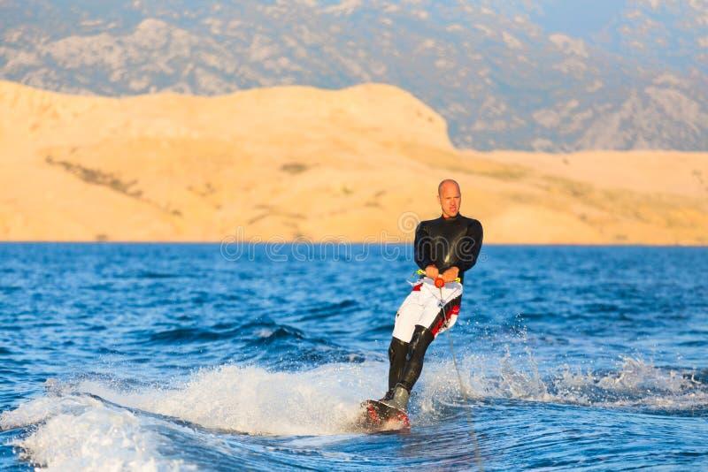 Wakeboarder en puesta del sol fotos de archivo