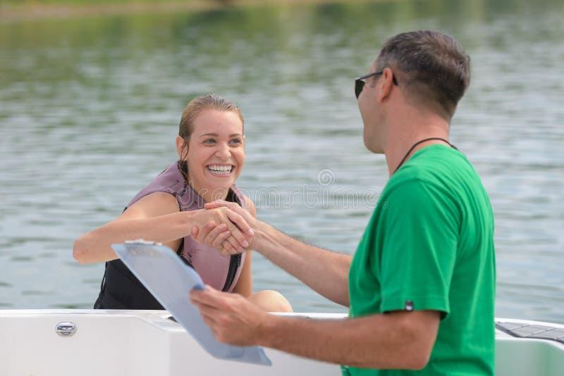 Wakeboarder profissional feliz ganhou a competição imagem de stock