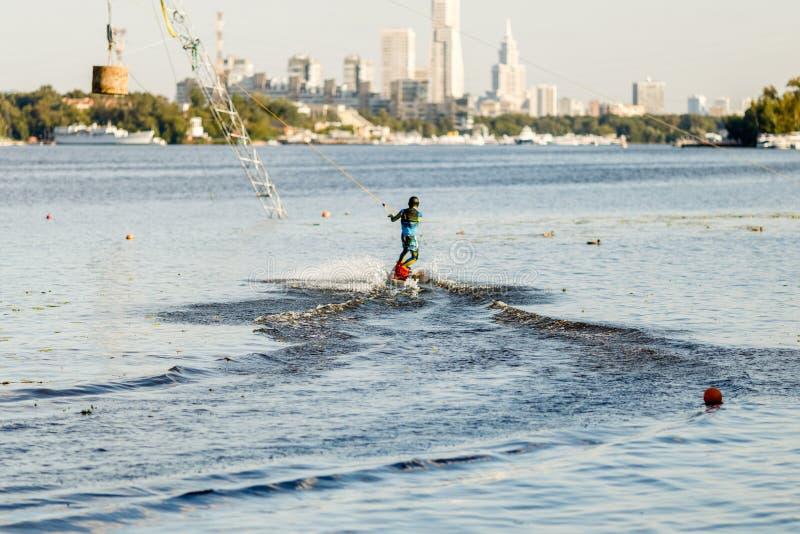 Wakeboarderfahrsatz im Spurpark stockfotos