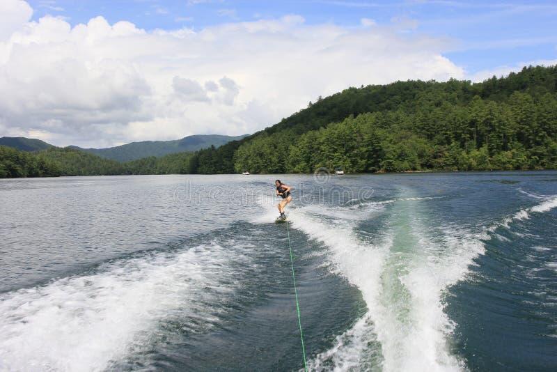 Wakeboarding στη λίμνη Santeetlah, βόρεια Καρολίνα στοκ εικόνες
