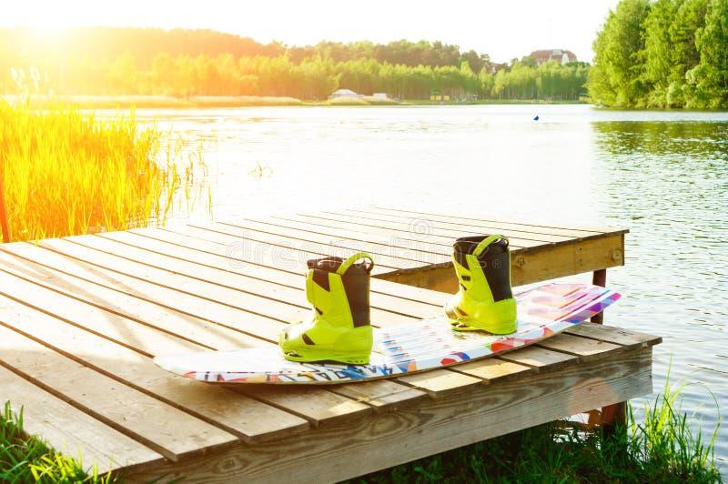 wakeboarding ботинки и доска стоковая фотография rf