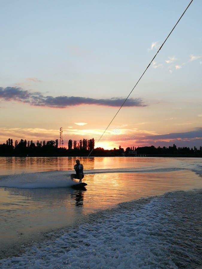 Wakeboarding au coucher du soleil photos libres de droits
