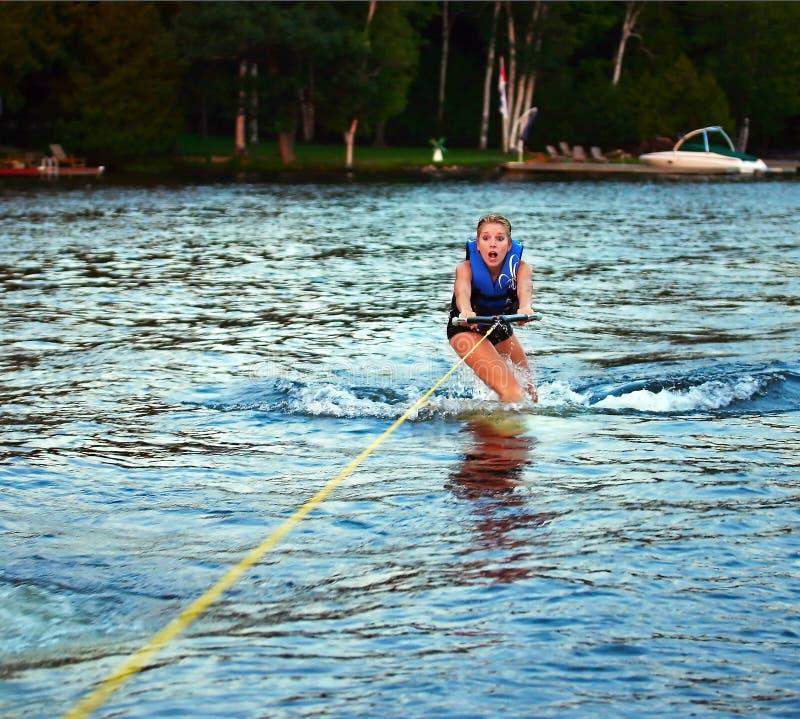 wakeboarding effrayé par fille image stock