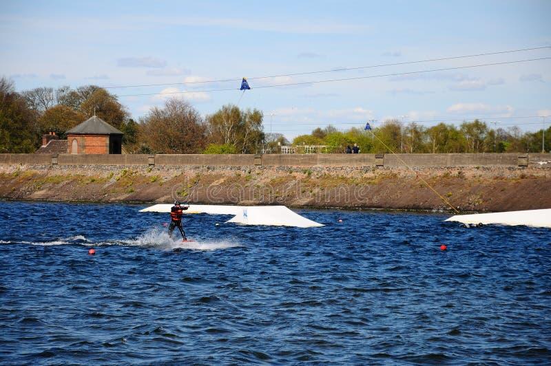 Wakeboarding en el lago Chasewater imagen de archivo