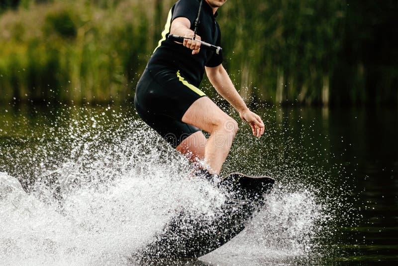 Wakeboarding i sommar royaltyfri foto