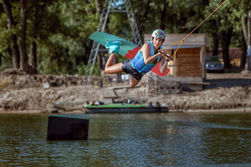 Wakeboarding Sommersport lizenzfreie stockfotos