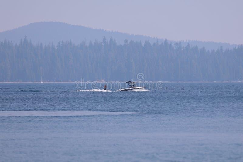 Wakeboarding sul lago Cultus, curvatura, Oregon fotografie stock